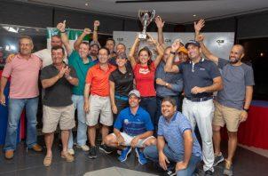 Jugadores del Club de Golf de Panamá posan con su copa. Cortesía