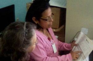 Revisión de firmas, ayer, en el distrito de La Chorrera.  Cortesía