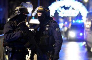 Oficiales de policía hacen guardia cerca a donde podría ubicarse al atacante tras un tiroteo mortal, en el Mercado de Navidad. EFE