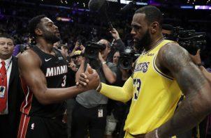 Dwyane Wade,  de Miami (izq.), y LeBron James, de los Lakers. AP