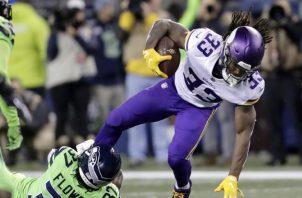 Dalvin Cook (d) en una jugada opción ofensiva para los Vikings. AP