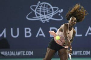 Serena juega un partido contra su hermana Venus enAbu Dhabi. AP