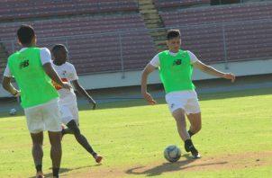 El defensa Jan Carlos Vargas (der.) en los entrenamientos de la selección mayor de fútbol. Anayansi Gamez
