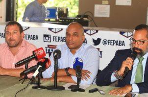 Jair Peralta (c) y su junta directiva. Foto Anayansi Gamez