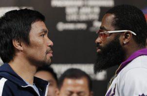 Manny Pacquiao (izq.) en su cara a cara con Adrien Broner. AP