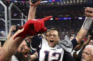 Julian Edelman y Tom Brady (12).  AP