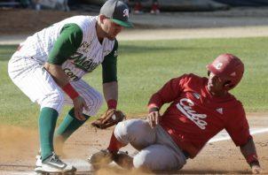Jorge Aloma, de Cuba, llega a salvo a la tercera base que cubre el mexicano Agustín Murillo. AP