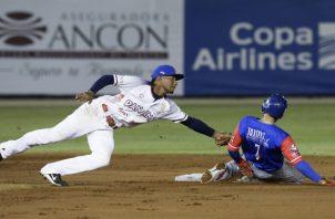 Gerald Chin, de Panamá, pone fuera en la segunda base al corredor Jack López, de Puerto Rico. AP