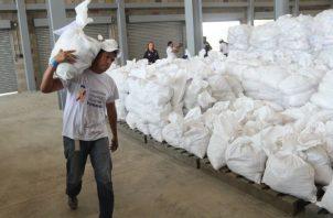 Alimentos y medicinas esperan en una bodega en la frontera con Colombia para luego llevarlos a Venezuela. EFE