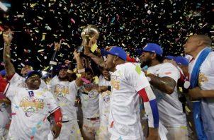 Jugadores de los Toros de Herrera de Panamá celebran su título, luego de vencer a Cuba. EFE