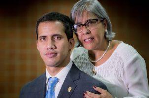 El jefe del parlamento de Venezuela, Juan Guaidó, y su mamá Norka Márquez, ayer en Caracas. EFE
