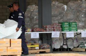 Funcionarios se encuentran clasificando la ayuda que se encuentra en Cúcuta.  EFE