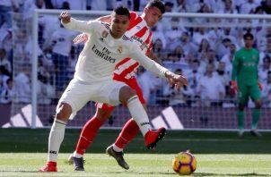 Casemiro, del Real Madrid (izq), disputa el balón  ante el defensa del Girona, Pedro Porro. EFE