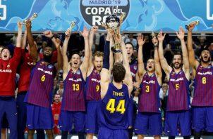 Barcelona festeja, luego de vencer al Real Madrid. EFE