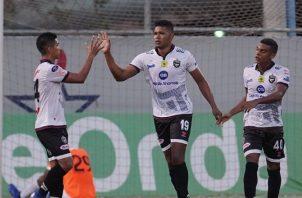 Jair Catuy (cent.)  del Tauro es felicitado por sus compañeros por haber anotado gol ante Santa Gema. @LPFpanama