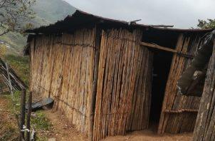 Así luce una de las aulas de la escuela Hato Común, en la Comarca Ngäbe-Buglé. Cortesía