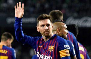 Messi agradece la ovación de la afición del Betis. EFE