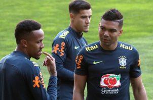 Eder Militao (izq.), Casemiro (dcha.) y Coutinho (c) durante el entrenamiento realizado en el estadio de Bessa, en Oporto, ayer. EFE