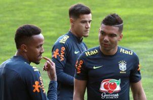 Los jugadores de Brasil Eder Militao (i) y Casemiro (d), y Coutinho (c) durante el entrenamiento realizado en el estadio de Bessa. EFE