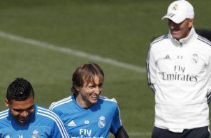 Zidane junto a Modric en el entrenamiento de ayer. EFE