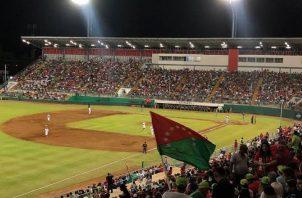 Partido de béisbol en el Kenny Serracín. Foto Fedebeis