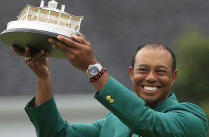 Tiger Woods vistió su quinto saco verde ayer.