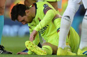 El argentino Leo Messi, luego de recibir un golpe del central Chris Smalling, del Manchester United. EFE