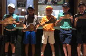 Los jugadores de la categoría de 9 años posan con sus premios. Cortesía
