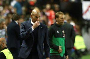 El técnico Zinedine Zidane no ocultó su molestia con sus jugadores. EFE