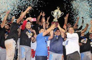Panamá Metro festeja su campeonato en el béisbol mayor. @Fedebeis