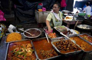 Los panameños se quejan que el dinero no les alcanza para satisfacer las necesidades. EFE