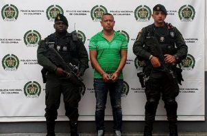 Policías custodian a Olindo Perlaza Caicedo (c), alias Olindillo. EFE.