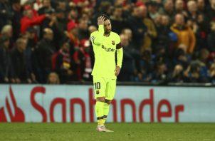 Lionel Messi lamenta la eliminación del Barcelona. AP