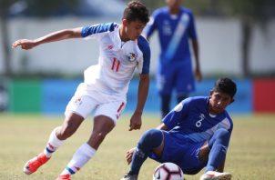 El jugador panameño Abdiel Castro (11) evade la marca de Miguel Ardon, de Guatemala. @Fepafut