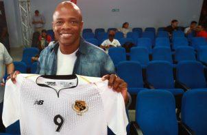 Julio Dely con la nueva camiseta de Panamá.