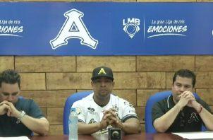 El exgrandes ligas panameño Rubén Rivera (cent.) anuncia su retiro. @AcererosOficial