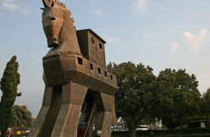 A la entrada del yacimiento se alza un gran caballo de madera que rememora la treta de Ulises. EFE