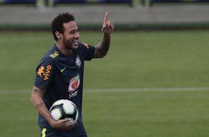 Neymar también entregó la cinta de capitán de Brasil. AP