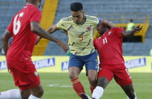Falcao, uno  de los goleadores del partido, disputa el balón con el panameño  Armando Cooper en el estadio El Campín, en Bogotá. EFE