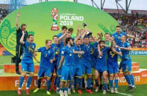 Selección de Ucrania celebra su título.