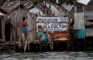 Niños juegan en  un muelle en la isla Gardi Sugdub del archipiélago de San Blas. Foto: EFE