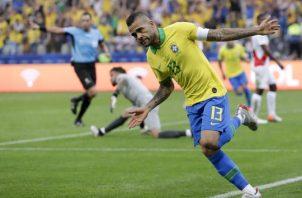 Dani Alves celebra su gol contra Perú. AP