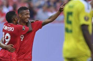 Alberto 'Negrito' Quintero felicita a Gabriel 'Gaby' Torres por su gol.  AP
