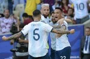 Los jugadores del seleccionado de Argentina celebran la anotación de Lautaro Martinez (22). AP