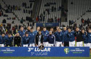 Jugadores argentinos posan con la medalla del tercer lugar AP