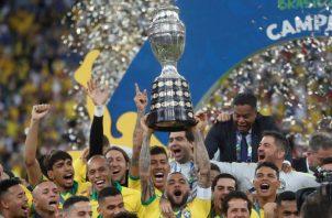 Dani Alves, elegido el mejor jugador del torneo, fue el encargado de levantar la novena Copa América de Brasil. EFE