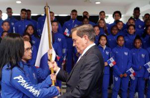 Kristine Jiménez y Héctor Cención recibieron ayer el pabellón de manos del presidente Laurentino Cortizo. EFE