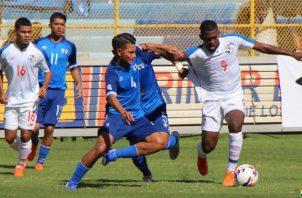 Luis Méndez (4) disputa el balón con Isidoro Hinestroza. @Fepafut