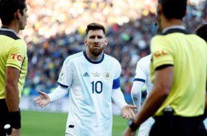 Leo Messi se encaró hasta con los árbitros.