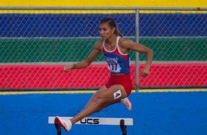 Gianna Woodruff compite en los 400 m con vallas. Cortesía